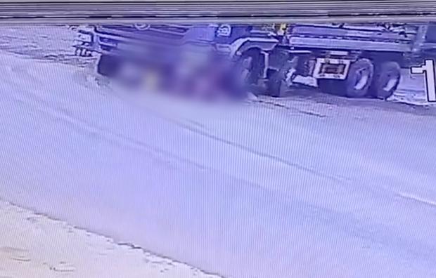 Clip: Người phụ nữ dắt xe đạp chở cháu bé qua đúng điểm mù xe tải, bị bánh xe cán trúng thương tâm - Ảnh 2.