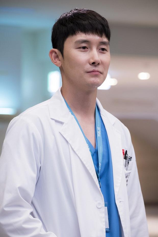 Tình địch của Jo Jung Suk ở Hospital Playlist rút lui giữa chừng, phần 2 kém hấp dẫn đi một nửa? - Ảnh 1.
