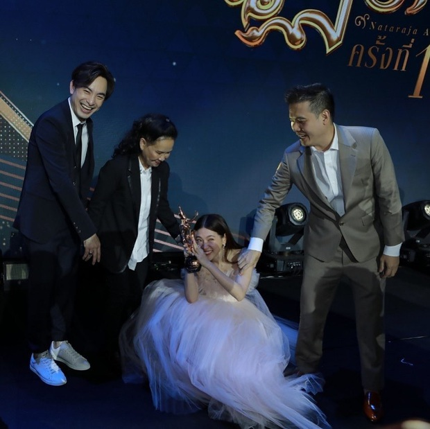 Chiếc Lá Bay hết hơn một năm, mỹ nhân chuyển giới Baifern vẫn thắng giòn giã tại Oscar Thái Lan 2020 - Ảnh 4.