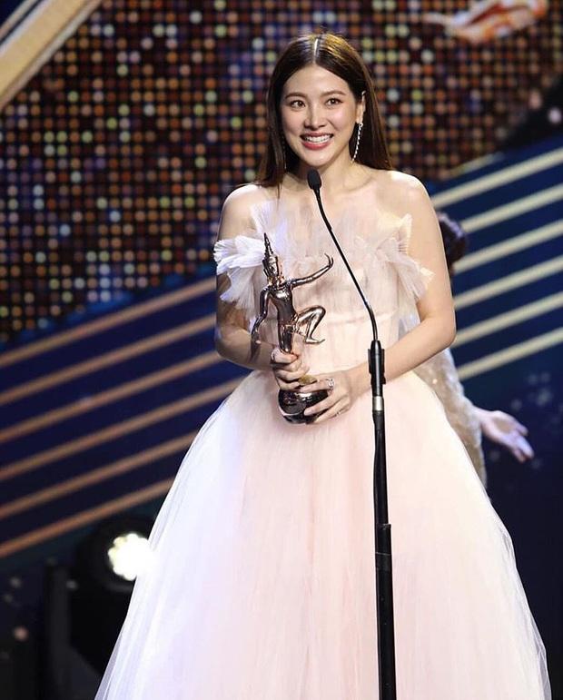 Chiếc Lá Bay hết hơn một năm, mỹ nhân chuyển giới Baifern vẫn thắng giòn giã tại Oscar Thái Lan 2020 - Ảnh 2.
