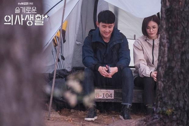 Tình địch của Jo Jung Suk ở Hospital Playlist rút lui giữa chừng, phần 2 kém hấp dẫn đi một nửa? - Ảnh 3.