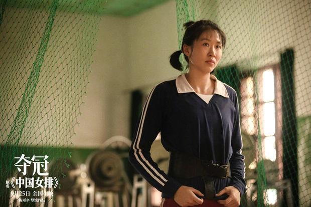 Làm cameo phim chị đại Củng Lợi, không ai nhận ra Lý Hiện vì tạo hình trí thức nửa mùa sai quá sai - Ảnh 5.