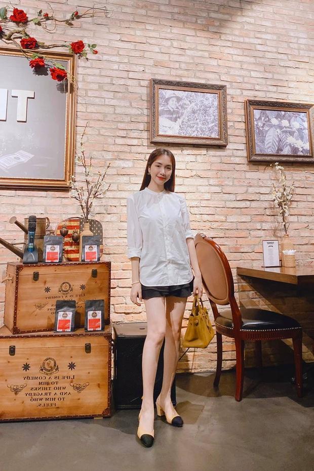 """Street style sao Việt: Ngọc Trinh vô tư diện bikini ra đường, Hương Giang """"tương"""" lại đôi giày cà kheo tai tiếng - Ảnh 3."""