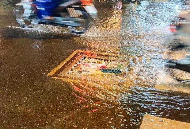 """Mưa """"tối tăm mặt mũi"""" khiến nhiều tuyến đường Sài Gòn ngập như sông, miệng cống kẹt đầy rác - Ảnh 10."""