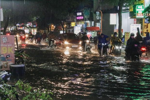 """Mưa """"tối tăm mặt mũi"""" khiến nhiều tuyến đường Sài Gòn ngập như sông, miệng cống kẹt đầy rác - Ảnh 2."""