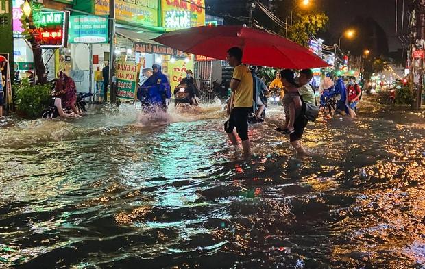 """Mưa """"tối tăm mặt mũi"""" khiến nhiều tuyến đường Sài Gòn ngập như sông, miệng cống kẹt đầy rác - Ảnh 8."""