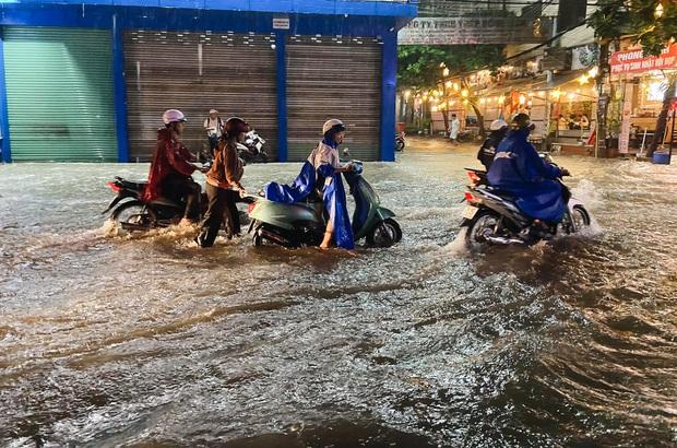 """Mưa """"tối tăm mặt mũi"""" khiến nhiều tuyến đường Sài Gòn ngập như sông, miệng cống kẹt đầy rác - Ảnh 7."""