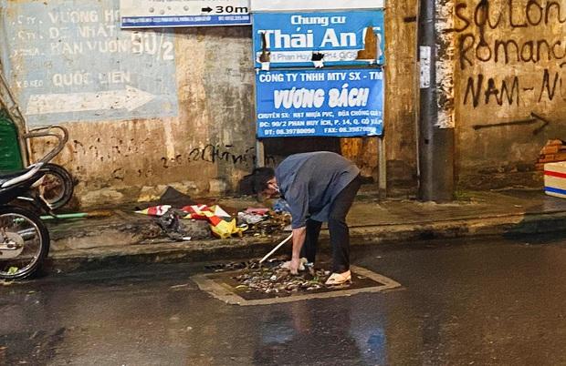 """Mưa """"tối tăm mặt mũi"""" khiến nhiều tuyến đường Sài Gòn ngập như sông, miệng cống kẹt đầy rác - Ảnh 11."""