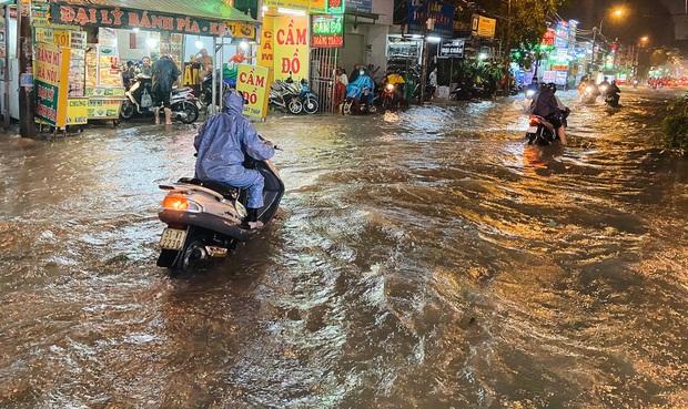 """Mưa """"tối tăm mặt mũi"""" khiến nhiều tuyến đường Sài Gòn ngập như sông, miệng cống kẹt đầy rác - Ảnh 9."""