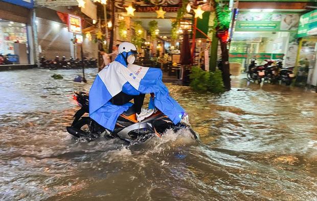 """Mưa """"tối tăm mặt mũi"""" khiến nhiều tuyến đường Sài Gòn ngập như sông, miệng cống kẹt đầy rác - Ảnh 6."""