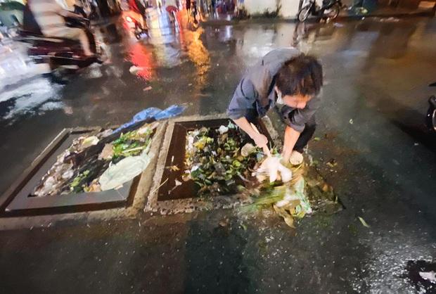 """Mưa """"tối tăm mặt mũi"""" khiến nhiều tuyến đường Sài Gòn ngập như sông, miệng cống kẹt đầy rác - Ảnh 13."""