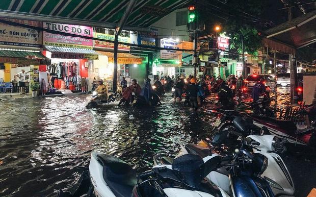 """Mưa """"tối tăm mặt mũi"""" khiến nhiều tuyến đường Sài Gòn ngập như sông, miệng cống kẹt đầy rác - Ảnh 3."""