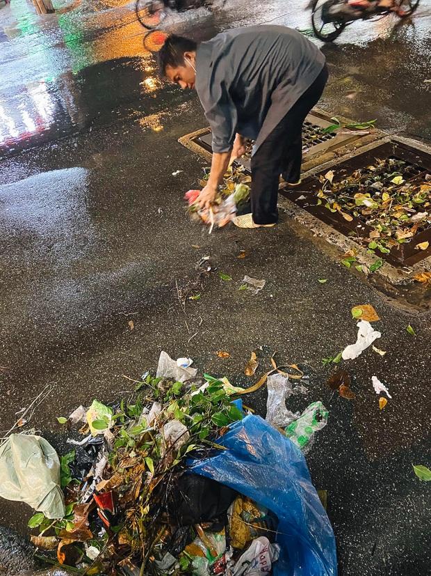 """Mưa """"tối tăm mặt mũi"""" khiến nhiều tuyến đường Sài Gòn ngập như sông, miệng cống kẹt đầy rác - Ảnh 12."""