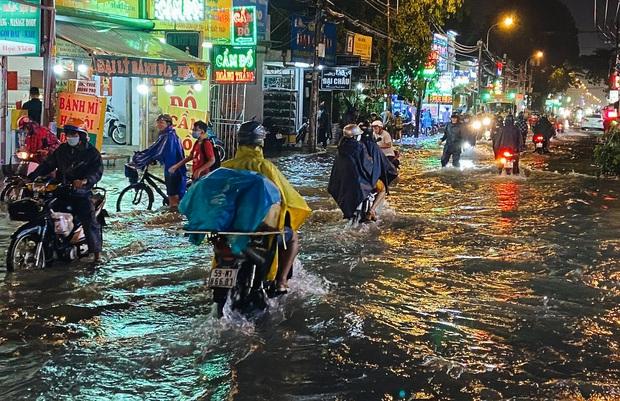"""Mưa """"tối tăm mặt mũi"""" khiến nhiều tuyến đường Sài Gòn ngập như sông, miệng cống kẹt đầy rác - Ảnh 5."""