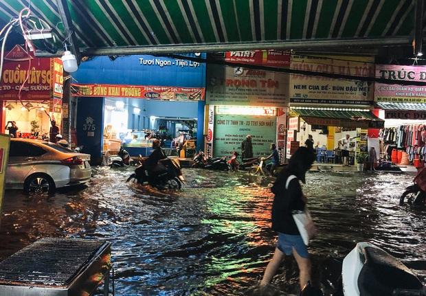 """Mưa """"tối tăm mặt mũi"""" khiến nhiều tuyến đường Sài Gòn ngập như sông, miệng cống kẹt đầy rác - Ảnh 4."""