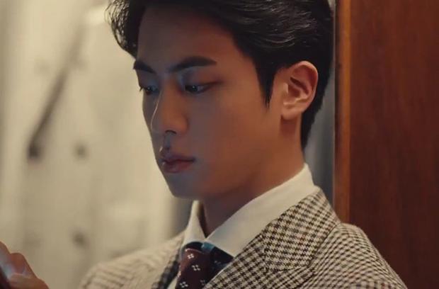 Jin và Jungkook (BTS) quay quảng cáo mà tưởng quay phim Kingsman, visual 2 nam thần đẹp trai nhất thế giới thành chủ đề nóng - Ảnh 3.