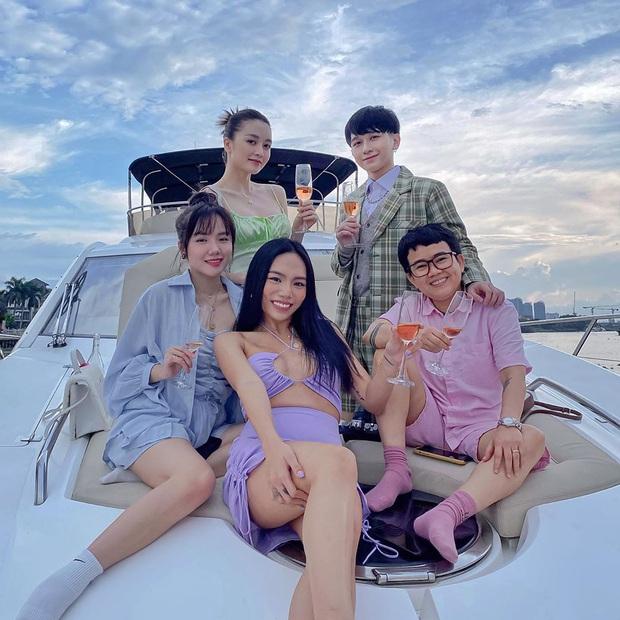 Sơn Tùng và dàn sao Vbiz rần rần check-in du thuyền, giới trẻ cũng hưởng ứng trào lưu du lịch sang chảnh này! - Ảnh 7.