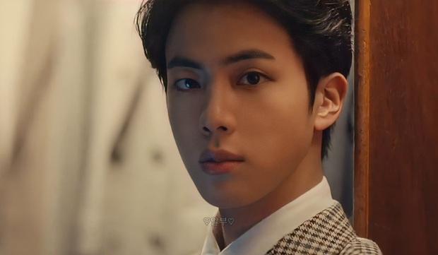 Jin và Jungkook (BTS) quay quảng cáo mà tưởng quay phim Kingsman, visual 2 nam thần đẹp trai nhất thế giới thành chủ đề nóng - Ảnh 2.