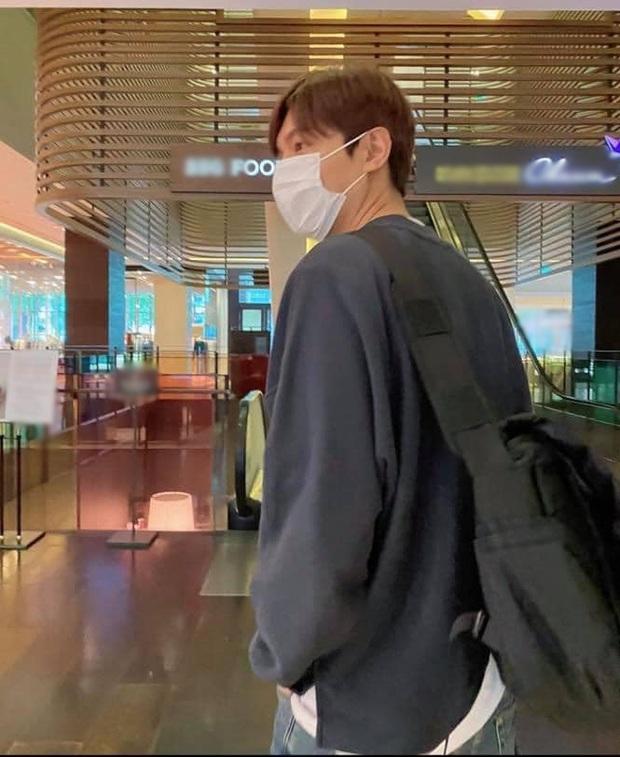 Buồn của Lee Min Ho: Mãi mới rảnh rỗi để đi siêu thị, rửa tay xịt cồn đủ kiểu nhưng tới nơi thì gặp cảnh choáng đến đứng hình - Ảnh 1.