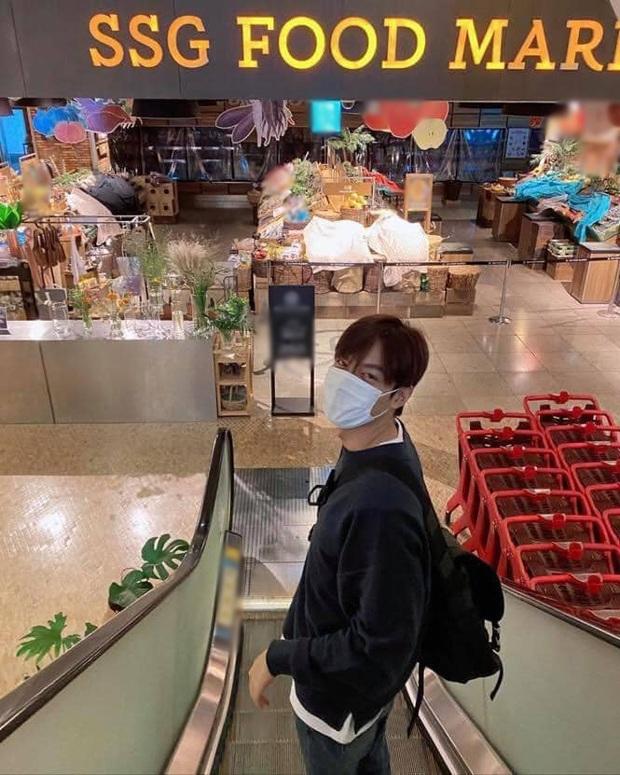 Buồn của Lee Min Ho: Mãi mới rảnh rỗi để đi siêu thị, rửa tay xịt cồn đủ kiểu nhưng tới nơi thì gặp cảnh choáng đến đứng hình - Ảnh 4.