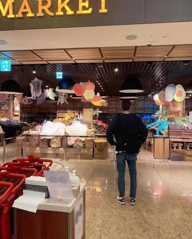 Buồn của Lee Min Ho: Mãi mới rảnh rỗi để đi siêu thị, rửa tay xịt cồn đủ kiểu nhưng tới nơi thì gặp cảnh choáng đến đứng hình - Ảnh 5.