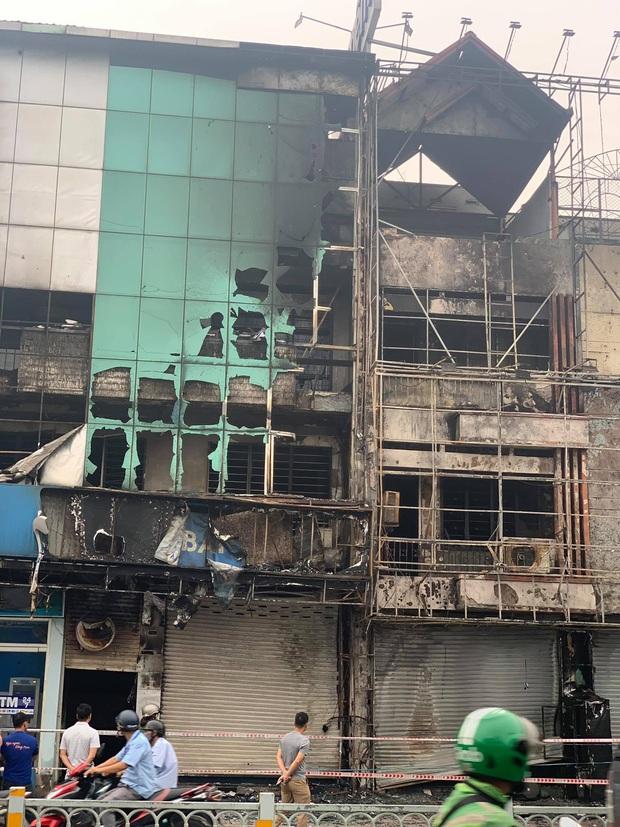 TP.HCM: Chi nhánh ngân hàng Eximbank cùng nhà dân bên cạnh cháy dữ dội lúc rạng sáng - Ảnh 1.