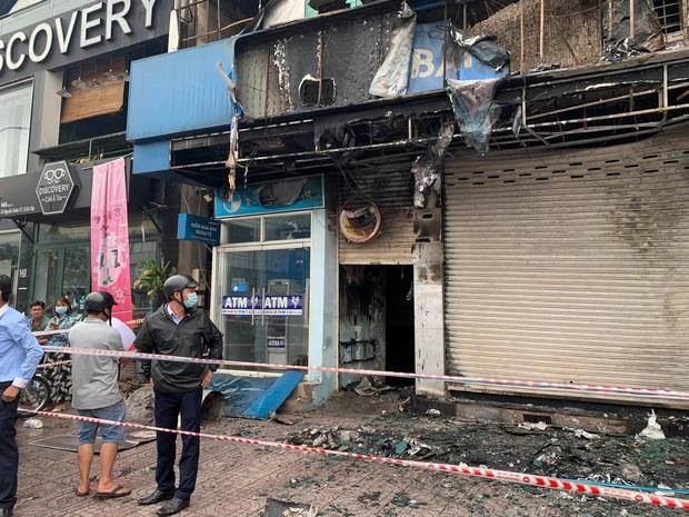 TP.HCM: Chi nhánh ngân hàng Eximbank cùng nhà dân bên cạnh cháy dữ dội lúc rạng sáng - Ảnh 4.