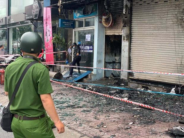 TP.HCM: Chi nhánh ngân hàng Eximbank cùng nhà dân bên cạnh cháy dữ dội lúc rạng sáng - Ảnh 5.