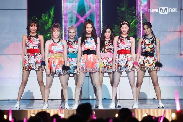 Netizen cảm thán vũ đạo đổi vị trí trung tâm, camera xoay mòng mòng mà vẫn chuẩn đội hình: Đúng là đẳng cấp SNSD! - Ảnh 1.