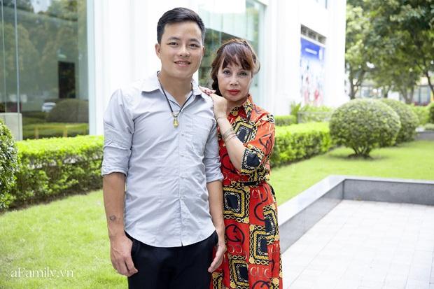 Cô dâu 62 tuổi ở Cao Bằng lần đầu công khai khuôn mặt bị chê méo thậm tệ sau thẩm mỹ, tiết lộ những tổn thương phía sau hàng trăm lời đồn suốt 2 năm bất ngờ nổi tiếng - Ảnh 2.