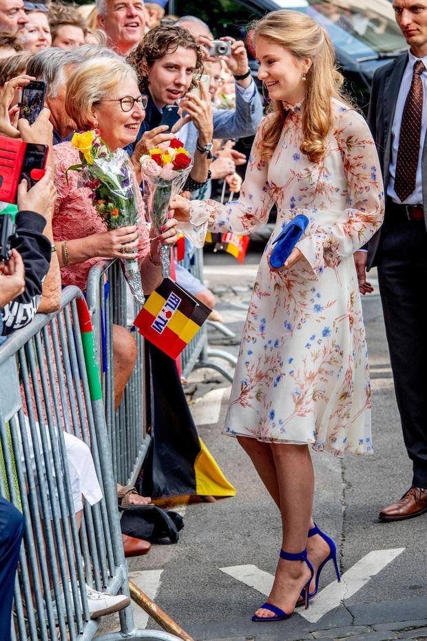 Nàng công chúa gánh trên vai vận mệnh của hoàng gia Bỉ gây sốt với vẻ ngoài xinh đẹp cùng khí chất của bậc nữ vương tương lai - Ảnh 4.