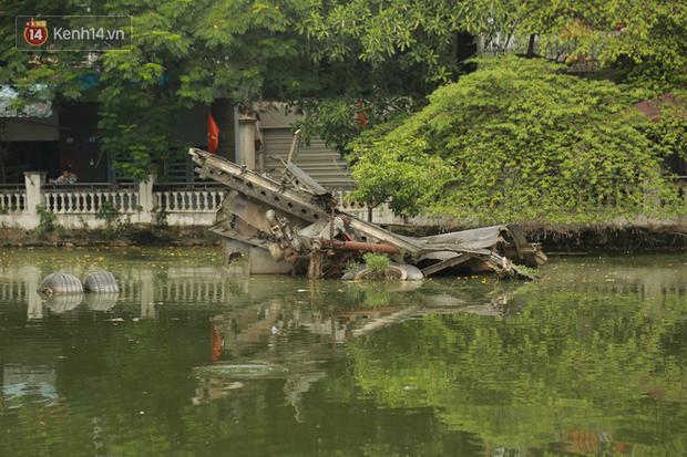 Ảnh: Cận cảnh chiếc máy bay B52 bị bắn rơi, nằm giữa lòng hồ ở Hà Nội suốt 48 năm - Ảnh 1.