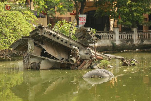 Ảnh: Cận cảnh chiếc máy bay B52 bị bắn rơi, nằm giữa lòng hồ ở Hà Nội suốt 48 năm - Ảnh 2.