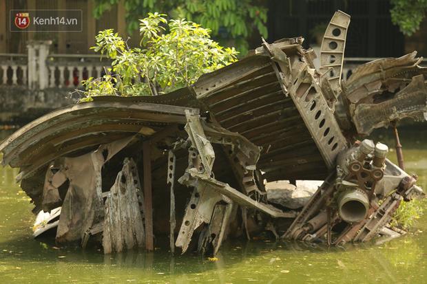 Ảnh: Cận cảnh chiếc máy bay B52 bị bắn rơi, nằm giữa lòng hồ ở Hà Nội suốt 48 năm - Ảnh 6.