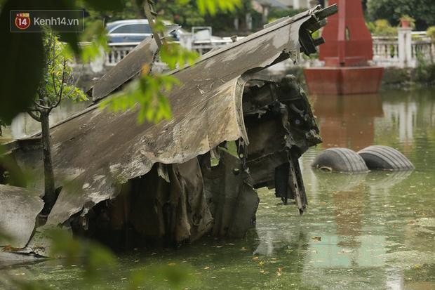 Ảnh: Cận cảnh chiếc máy bay B52 bị bắn rơi, nằm giữa lòng hồ ở Hà Nội suốt 48 năm - Ảnh 5.