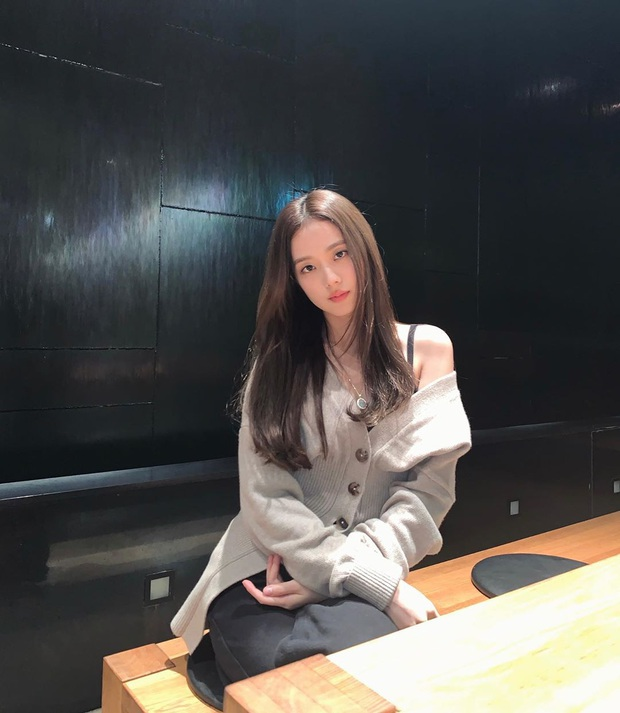 Idol Hàn có tuyệt chiêu kéo lệch áo lả lơi siêu sexy mà vẫn sang chảnh - Ảnh 4.