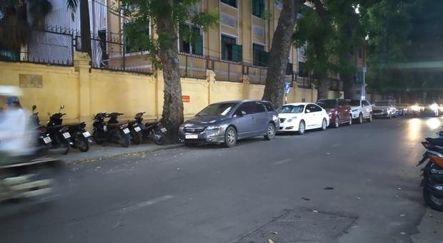 Nhân chứng kể lại vụ chồng bóp cổ và đấm vợ để bảo vệ nhân tình: Sau vụ việc, người đàn ông cùng cô bồ bắt taxi, còn vợ lái chiếc Lexus LX 570 rời đi - Ảnh 1.