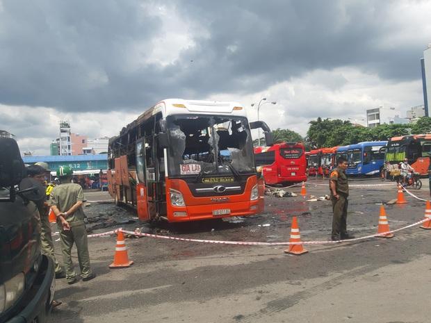 TP.HCM: Xe khách đậu trong bến xe Miền Đông bốc cháy ngùn ngụt - Ảnh 3.