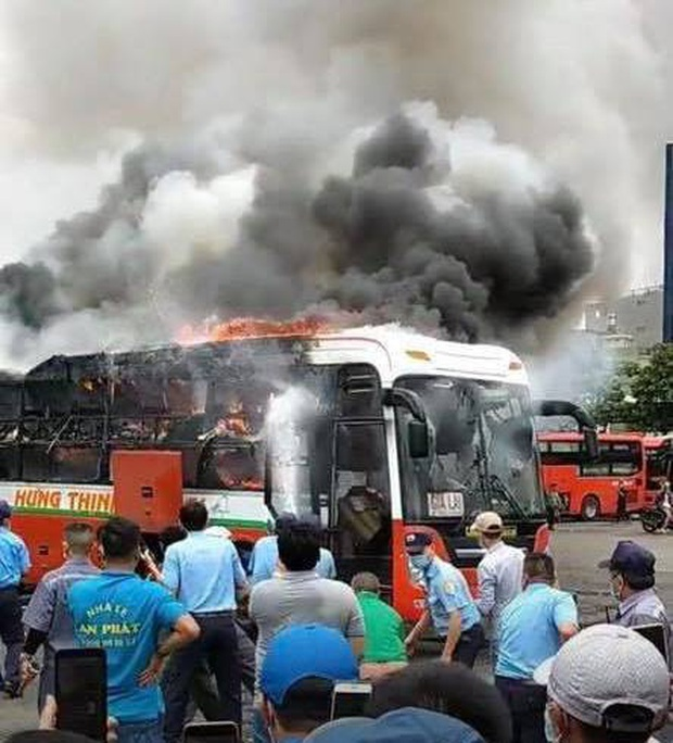 TP.HCM: Xe khách đậu trong bến xe Miền Đông bốc cháy ngùn ngụt - Ảnh 1.