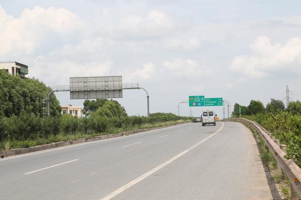 Đám tang đẫm nước mắt, hàng trăm người dân đến tiễn đưa chiến sĩ cảnh sát cơ động bị tài xế xe khách tông tử vong - Ảnh 1.