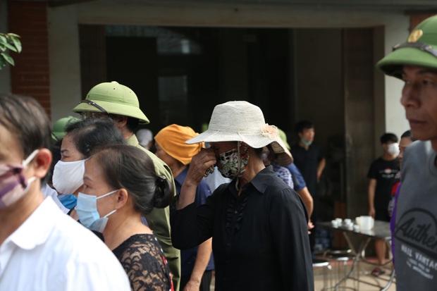 Đám tang đẫm nước mắt, hàng trăm người dân đến tiễn đưa chiến sĩ cảnh sát cơ động bị tài xế xe khách tông tử vong - Ảnh 12.