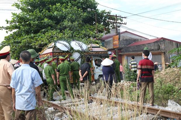 Đám tang đẫm nước mắt, hàng trăm người dân đến tiễn đưa chiến sĩ cảnh sát cơ động bị tài xế xe khách tông tử vong - Ảnh 18.