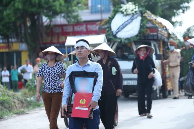Đám tang đẫm nước mắt, hàng trăm người dân đến tiễn đưa chiến sĩ cảnh sát cơ động bị tài xế xe khách tông tử vong - Ảnh 14.