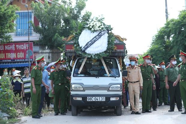 Đám tang đẫm nước mắt, hàng trăm người dân đến tiễn đưa chiến sĩ cảnh sát cơ động bị tài xế xe khách tông tử vong - Ảnh 11.