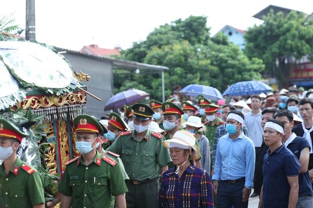 Đám tang đẫm nước mắt, hàng trăm người dân đến tiễn đưa chiến sĩ cảnh sát cơ động bị tài xế xe khách tông tử vong - Ảnh 17.
