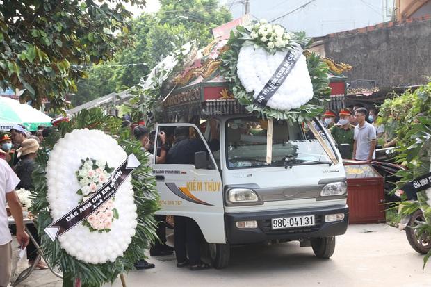 Đám tang đẫm nước mắt, hàng trăm người dân đến tiễn đưa chiến sĩ cảnh sát cơ động bị tài xế xe khách tông tử vong - Ảnh 3.
