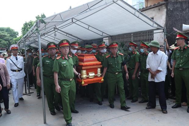 Đám tang đẫm nước mắt, hàng trăm người dân đến tiễn đưa chiến sĩ cảnh sát cơ động bị tài xế xe khách tông tử vong - Ảnh 5.