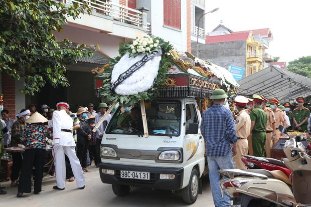 Đám tang đẫm nước mắt, hàng trăm người dân đến tiễn đưa chiến sĩ cảnh sát cơ động bị tài xế xe khách tông tử vong - Ảnh 10.