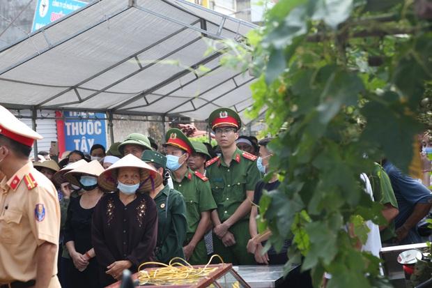 Đám tang đẫm nước mắt, hàng trăm người dân đến tiễn đưa chiến sĩ cảnh sát cơ động bị tài xế xe khách tông tử vong - Ảnh 15.