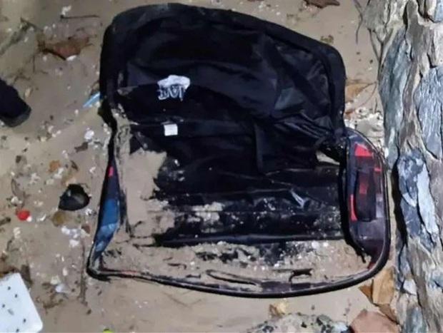 Chiếc vali màu đen chứa thi thể người bất ngờ được phát hiện ở bãi biển, hé lộ tội ác và bộ mặt thật của ông chồng tàn độc - Ảnh 1.